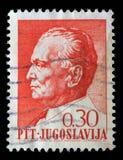 Il bollo stampato in Iugoslavia mostra un ritratto di presidente iugoslavo Josip Broz Tito fotografia stock