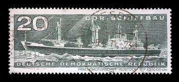 Il bollo stampato mostra il tipo tdw di Rostock della nave da carico del contenitore di XD 10130 Fotografia Stock Libera da Diritti