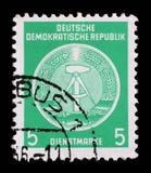 Il bollo stampato nel GDR mostra la stemma del cittadino della RDT Immagine Stock Libera da Diritti