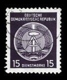 Il bollo stampato nel GDR mostra la stemma del cittadino della RDT Immagini Stock