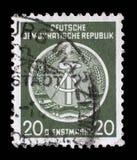 Il bollo stampato nel GDR mostra la stemma del cittadino della RDT Immagine Stock