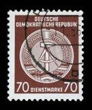 Il bollo stampato nel GDR mostra la stemma del cittadino della RDT Immagini Stock Libere da Diritti