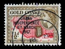 Il bollo stampato nel Ghana mostra la posizione del paese sul continente africano e della regina Elizabeth II Fotografia Stock Libera da Diritti