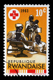 Il bollo stampato nel Ruanda è dedicato al 100th anniversario delle Ass.Comm. rosse internazionali Fotografie Stock