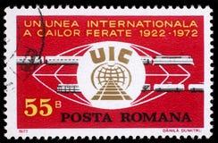 Il bollo stampato in Romania mostra 50 anni di unione internazionale della ferrovia Fotografie Stock Libere da Diritti