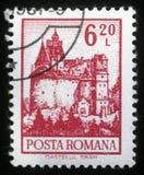 Il bollo stampato in Romania mostra il castello della crusca Immagine Stock Libera da Diritti