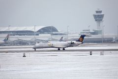 Il bombardiere CRJ-900 D-ACKD di Lufthansa CityLine ha atterrato nell'aeroporto di Monaco di Baviera Immagini Stock Libere da Diritti