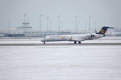 Il bombardiere CRJ-900 D-ACKD di Lufthansa CityLine ha atterrato nell'aeroporto di Monaco di Baviera Fotografia Stock