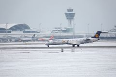 Il bombardiere CRJ-900 D-ACKD di Lufthansa CityLine ha atterrato nell'aeroporto di Monaco di Baviera Fotografie Stock Libere da Diritti