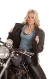 Il bomber aperto della donna si siede sul motociclo immagini stock