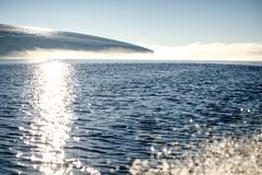 Il bordo del ghiacciaio con una base rocciosa immagine stock