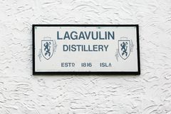 Il bordo della distilleria del whiskey di Lagavulin sulla parete immagine stock libera da diritti