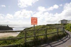 Il bordo della scogliera si attiene prego al segno del sentiero per pedoni Immagine Stock Libera da Diritti