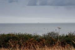 Il bordo della terra nel Nord di Bretagna francese è Pointe du Grouin un giorno piovoso di autunno fotografie stock