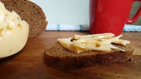 Il bordo di legno cade il colpo lento del formaggio, lo svizzero, latteria video d archivio