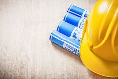 Il bordo di legno con il blu ha rotolato il helme della sicurezza dei disegni di costruzione Immagini Stock Libere da Diritti