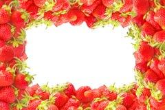 Il bordo o la struttura con l'estate rossa fresca fruttifica fragole isolate su fondo bianco Decorazione o insegna naturale per p Immagini Stock Libere da Diritti