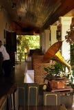 Il Borneo. Grammofono sulla vecchia veranda coloniale (2of2) Immagini Stock