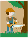 Il boscaiolo taglia un albero dalla motosega Immagini Stock