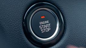 Il bottone dell'accensione dell'automobile sta ottenendo spinto per avviare e fermare il veicolo video d archivio