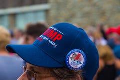 Il bottone di penny di Trump sopra fa ancora il cappello di grande dell'America Fotografia Stock Libera da Diritti