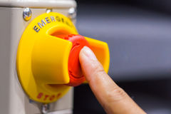 Il bottone rosso di emergenza o tasto di arresto per torchio tipografico manuale Il tasto di arresto per la macchina di industria Fotografia Stock