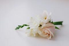 Il boutonniere dello sposo con le rose Fotografia Stock
