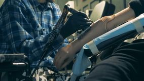 Il braccio artificiale sta ottenendo tatuato dal padrone nel salone stock footage