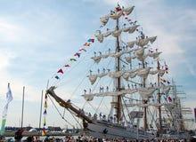 Il BRACCIO Cuauhtemoc lascia Szczecin dopo le corse alte della nave fotografia stock