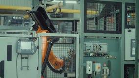 Il braccio robot sta funzionando video d archivio