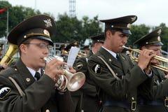 Il brass band dei militari gioca sulla terra di parata Fotografia Stock
