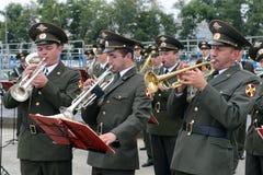 Il brass band dei militari gioca sulla terra di parata Immagine Stock Libera da Diritti