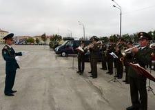 Il brass band dei militari gioca sulla terra di parata Fotografia Stock Libera da Diritti