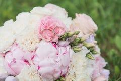 Il bride' mazzo di s Suona le persone appena sposate Un mazzo dei fiori con gli anelli fotografia stock