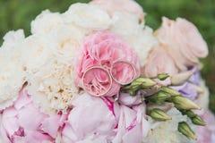 Il bride& x27; mazzo di s Suona le persone appena sposate Un mazzo dei fiori con gli anelli fotografia stock libera da diritti