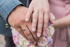 Il bride& x27; mazzo di s Suona le persone appena sposate Un mazzo dei fiori con gli anelli Passa la persona appena sposata fotografia stock libera da diritti