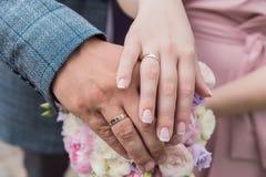 Il bride& x27; mazzo di s Suona le persone appena sposate Un mazzo dei fiori con gli anelli Passa la persona appena sposata fotografie stock libere da diritti
