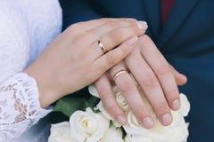 Il bride& x27; mazzo di s Suona le persone appena sposate Un mazzo dei fiori con gli anelli Passa la persona appena sposata immagine stock libera da diritti
