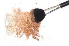 Il bronzer schiacciato della polvere arrossisce e spolverizza la spazzola su fondo bianco Fotografia Stock Libera da Diritti