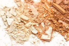 Il bronzer schiacciato della polvere arrossisce su fondo bianco Fotografia Stock