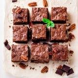 Il brownie collega con i dadi sul Libro Bianco decorato con le foglie di menta Fotografie Stock
