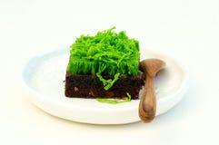 Il brownie completato con l'uovo verde infila su fondo bianco fotografia stock libera da diritti