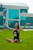 Il brunette bagnato di bellezza sull'erba Fotografia Stock Libera da Diritti