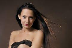 Il brunette con capelli lunghi Fotografie Stock Libere da Diritti