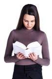 Il Brunette legge il libro Immagini Stock