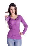 Il Brunette mostra una scheda bianca Immagine Stock Libera da Diritti
