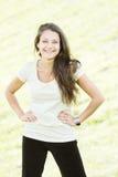 il brunette passa a lati sorridere Fotografie Stock Libere da Diritti