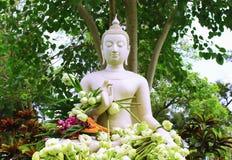 Il Buddha è individuato in mezzo ad un giardino naturale Immagine Stock Libera da Diritti