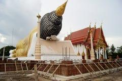 Il Buddha adagiantesi enorme è incastonato dentro il tempio Immagine Stock
