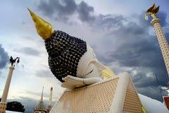 Il Buddha adagiantesi enorme è incastonato dentro il tempio Immagini Stock Libere da Diritti